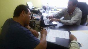 Hector y el Ing. Prado, firmando el Convenio.