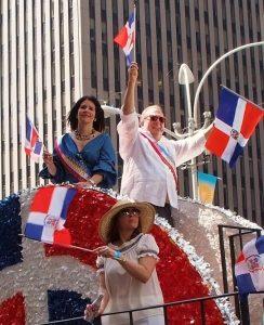 NUEVA YORK.-La periodista Alicia Ortega y el c+¦nsul Eduardo Selman mientras saludaban a sus connacionales desde la carroza del Consulado en el desfile.