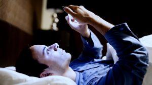 Qué pasa en tu cerebro cuando revisás el celular a la mañana