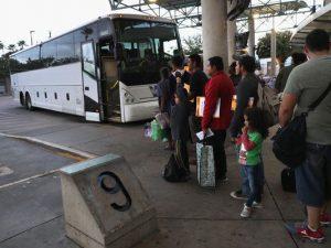La Patrulla Fronteriza puede subir a un bus y pedir papeles: respondemos preguntas de inmigración