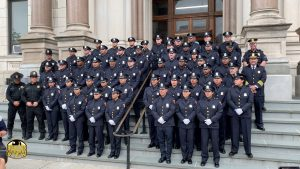 El Departamento de Bomberos de Jersey City jura sobre 32 nuevos reclutas en la ceremonia del Ayuntamiento