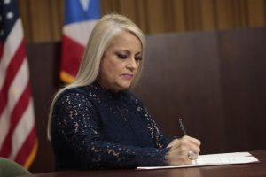 Wanda Vázquez firma ley para autorizar un segundo paquete de medidas económicas