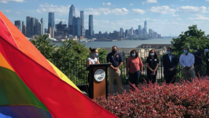 West New York levanta la bandera del arcoíris para reconocer a la comunidad LGBTQ durante el Mes del Orgullo
