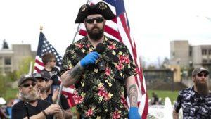 Quiénes son los Boogaloo Boys, el grupo de extrema derecha que usa camisas hawaianas y quiere una segunda guerra civil en Estados Unidos
