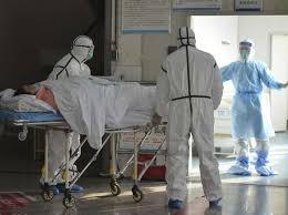 Científicos piden que se reconozca que el coronavirus se transmite por el aire