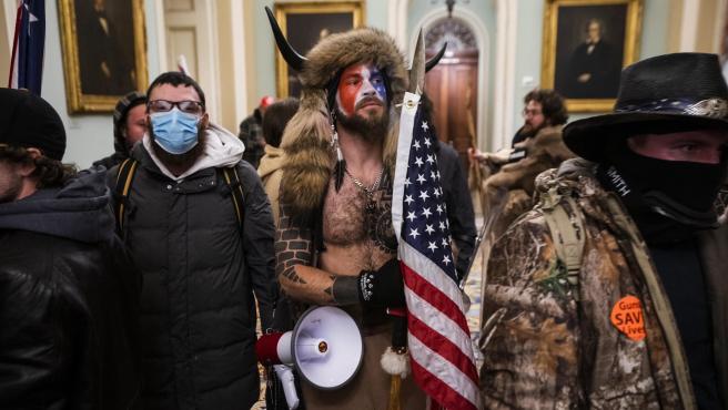Despiden a varios asaltantes del Capitolio de EE UU tras difundirse su identidad en redes sociales