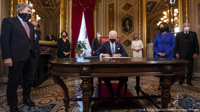 Biden comienza a reunificar a familias migrantes que Trump separó en la frontera
