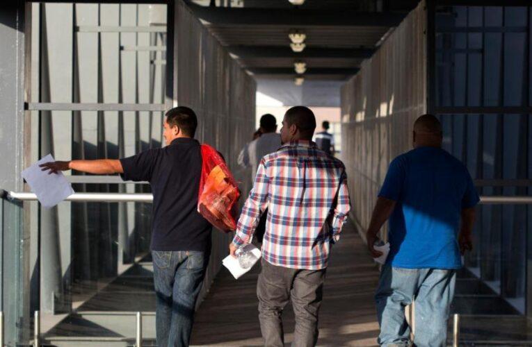 Deportados que regresan ilegalmente no pueden salir en libertad mientras revisan sus casos
